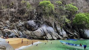 Read more about the article Jungle Hiking Adventure Colomitos Beach